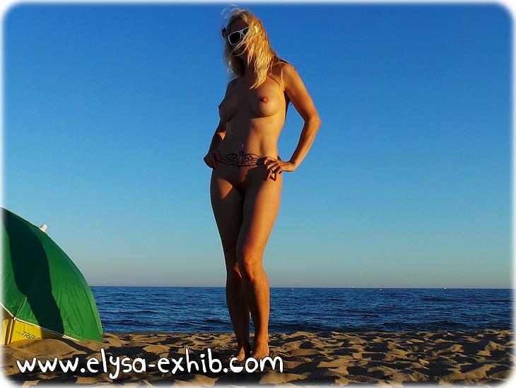 0036 Sexy sur la plage et coquine peignant nue