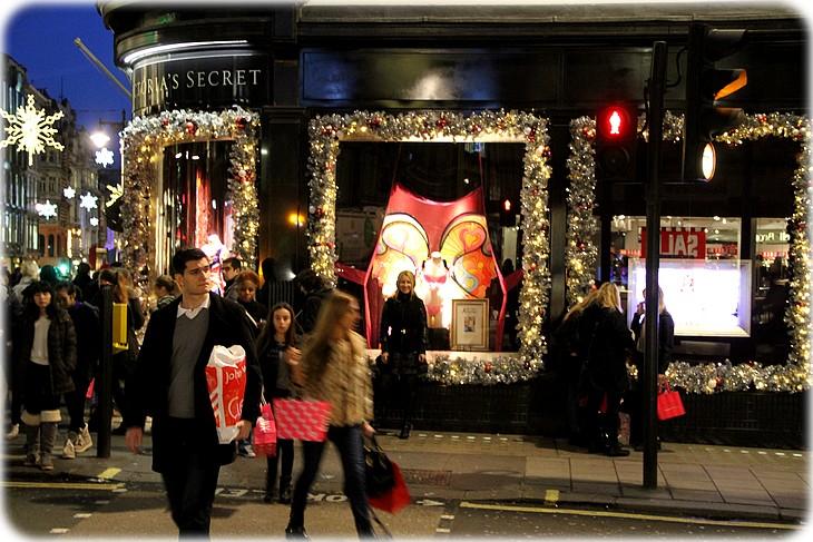 0041 Mexhibant dans Victorias Secret à Londres