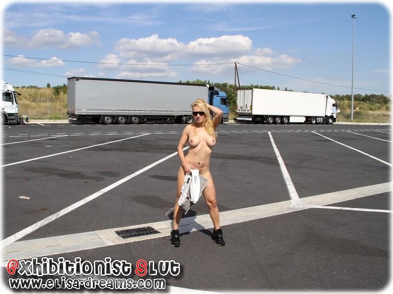 0051 Mexhibant nue devant des camionneurs