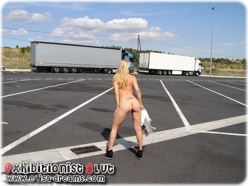 0071 Mexhibant nue devant des camionneurs