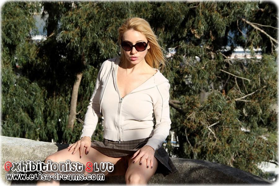 a0217 Mexhibant avec une mini jupe très courte