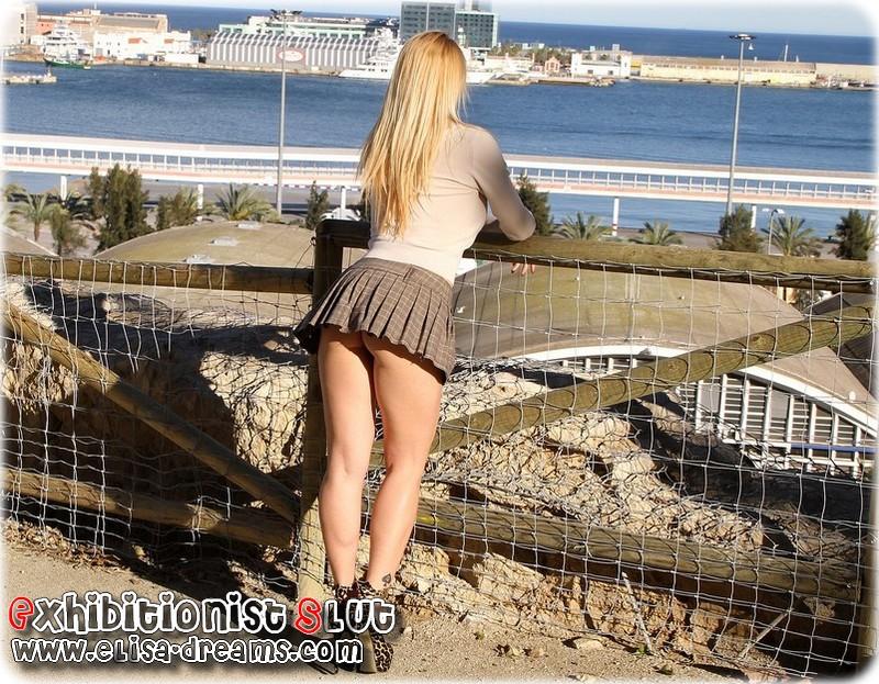 a0513 Mexhibant avec une mini jupe très courte