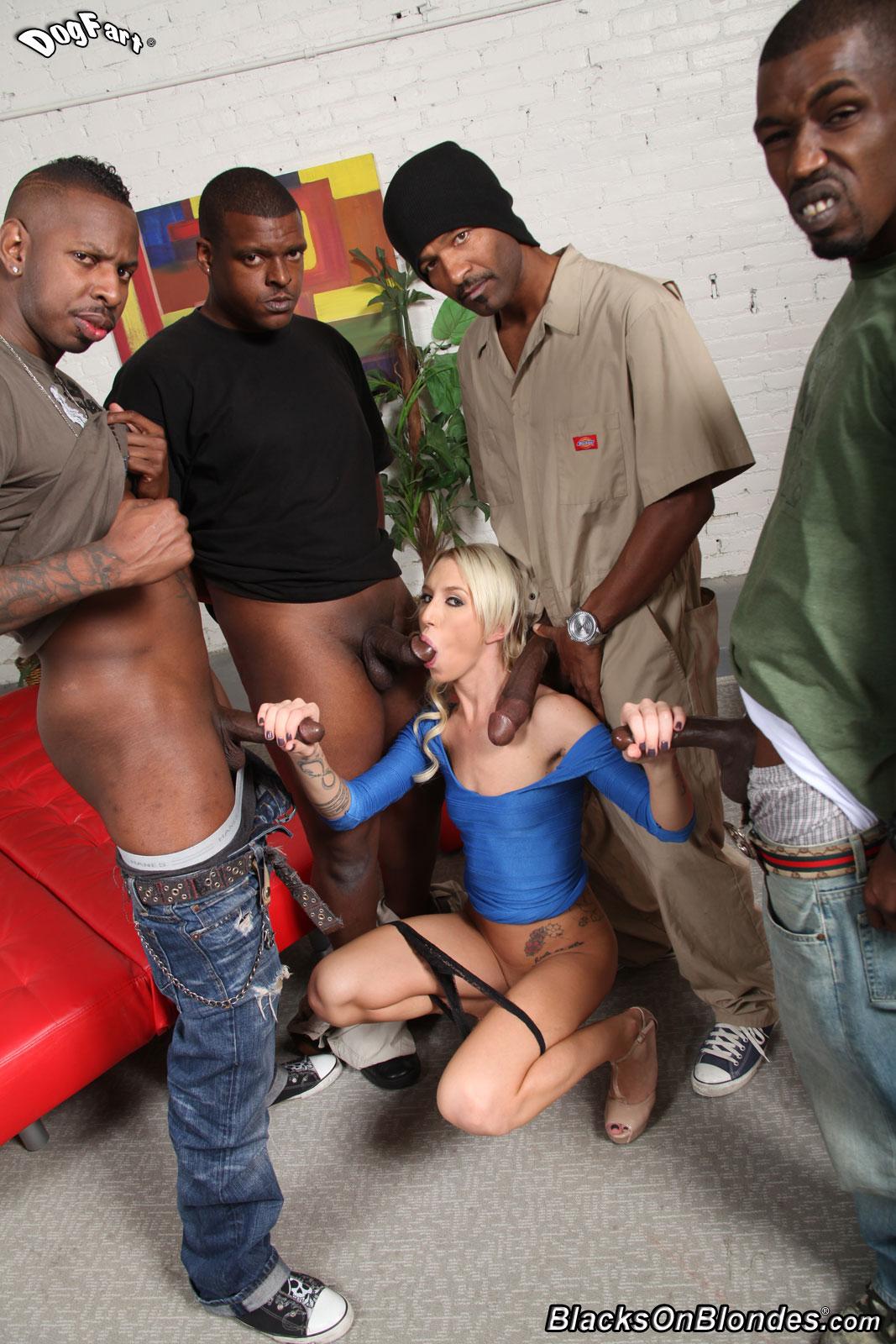 блонда обслужила толпу на ринге шлюхи