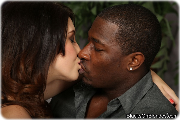 Noelle Easton kiss a guy