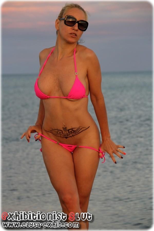 0011 Salope de femme se godant son petit trou sur la plage