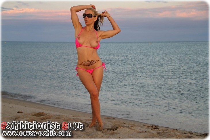 0021 Salope de femme se godant son petit trou sur la plage