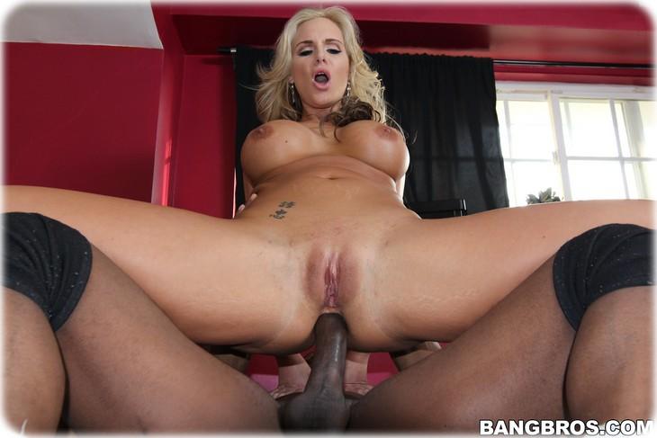 0026 Blonde mature enculée par un black