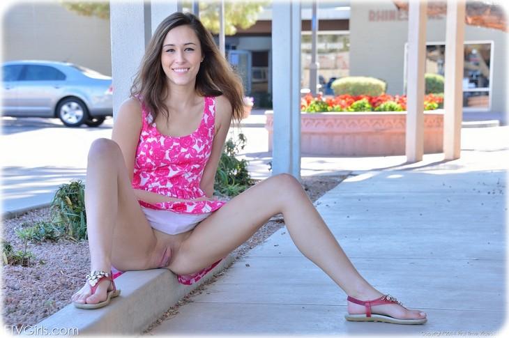 0082 Jolie coquine exhibe son minou et ses seins en public
